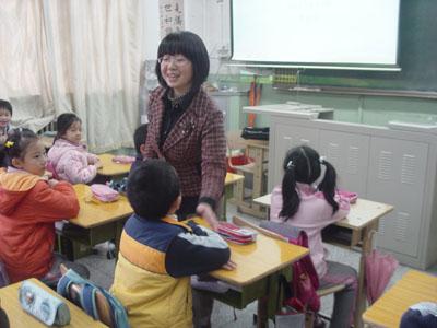 李金金老师在给孩子们上课